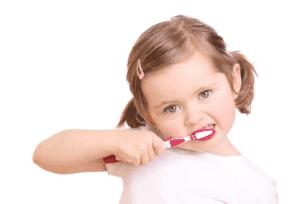 crianca escovando dente