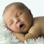 Entenda como funciona o sono do bebê