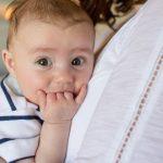 Meu bebê está com 2 meses e só falta engolir a mãozinha! E agora?