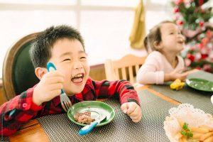 crianca comendo feliz